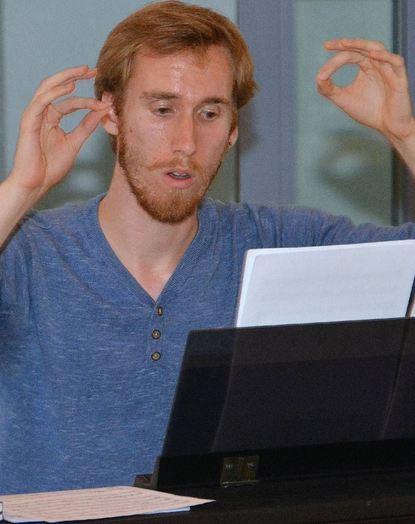 """Konzentriert bei der Sache: Chorleiter Niko Connor bei der Probe mit den """"Alive Vocals"""" im ..."""