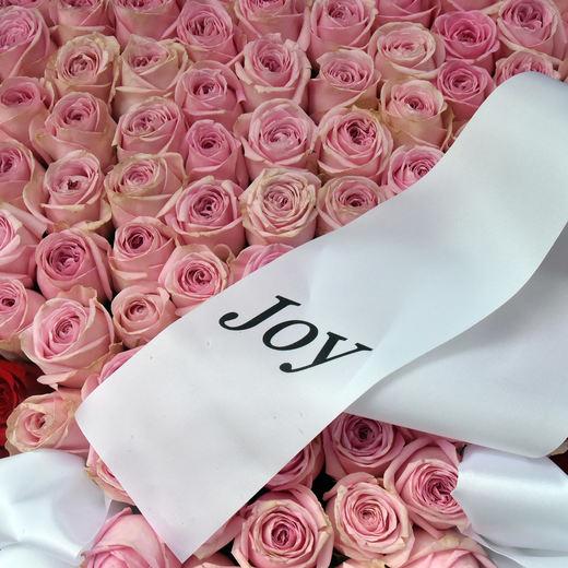 Viele rosa Rosen liegen am Tag von Joy Flemings Beerdigung...