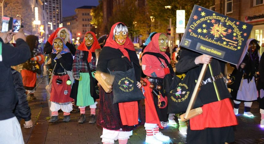 Die Hexen von Grobrunn aus Nußloch machten ordentlich Radau und verteilten Süßigkeiten beim ...