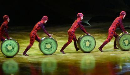 """Im Programm """"Ovo"""" bietet der Cirque du Soleil wie gewohnt ein rasantes, farbenfrohes und skurriles ..."""