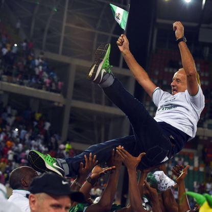 Seine Spieler ließen Trainer Gernot Rohr nach der gelungenen WM-Qualifikation Nigerias hochleben.