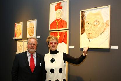 Die Künstlerin zeigt ihre Werke: Fürstin Gloria von Thurn und Taxis mit Museumsdirektor Prof. Dr. Alfried Wieczorek.