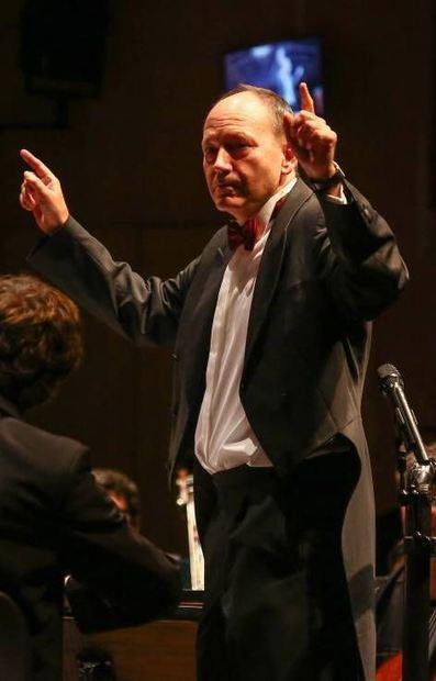 Kämmerer Christian Specht im Oktober als Dirigent im Nationaltheater. Ob auch Stadträte auf ihn ...