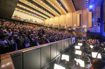 Mängel beim Brandschutz: Der voll besetzte Zuschauerraum und der Orchestergraben im Opernhaus des ...
