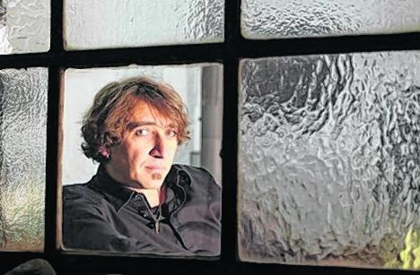 Christian Hörder auf einem Selbstporträt in seinem Atelier.