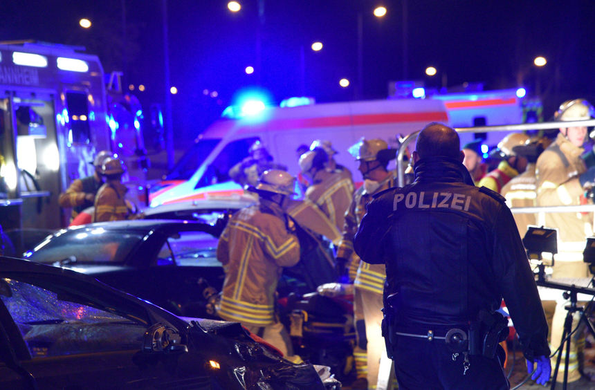Kind Nach Unfall Auf Jungbuschbr 252 Cke In Lebensgefahr