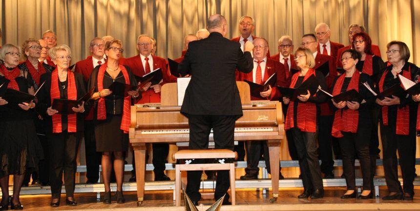 Großartige Auftritte: Der gemischte Chor stimmt die Frohsinn-Mitglieder auf den Heiligen Abend ein. ...