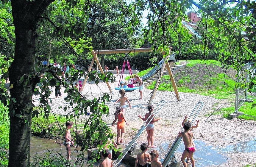 Der 2005 neu gestaltete Wasserspielplatz am Kandelbach: Hier soll das Pflaster im Bachbett wieder ...