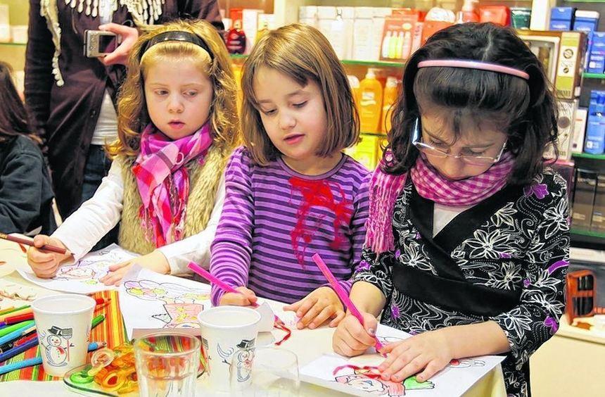 Malen, Basteln und Singen stehen auf dem Programm beim Besuch der Sonnenschein- Kinder bei der ...