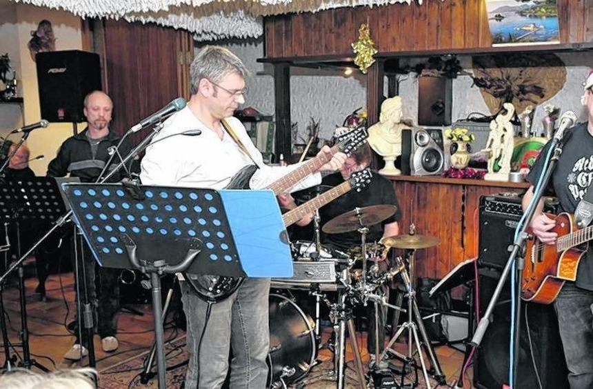 """Die Band """"Four Questions"""" rockte die Offene Bühne mit Cover-Versionen von """"The Who"""" und """"Dire ..."""