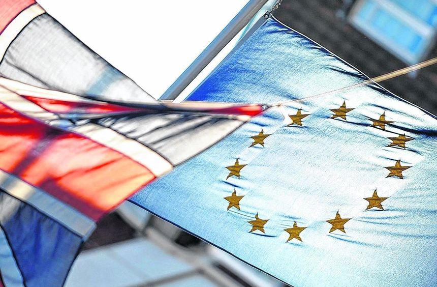 Die britische und die Europa-Flagge wehen am Tag nach dem Nein vor dem Europa-Haus der EU im ...