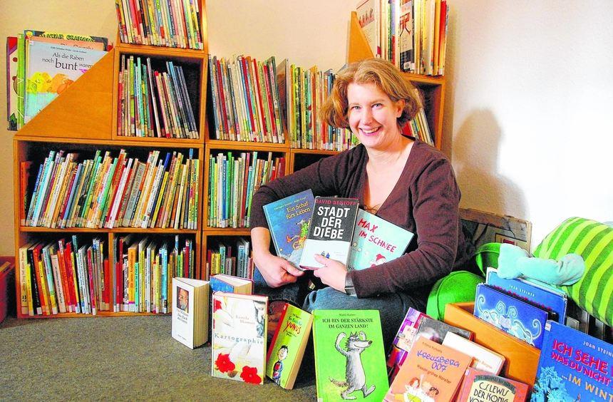 Angelika Benz inmitten einer Auswahl ihrer Lieblingsbücher.