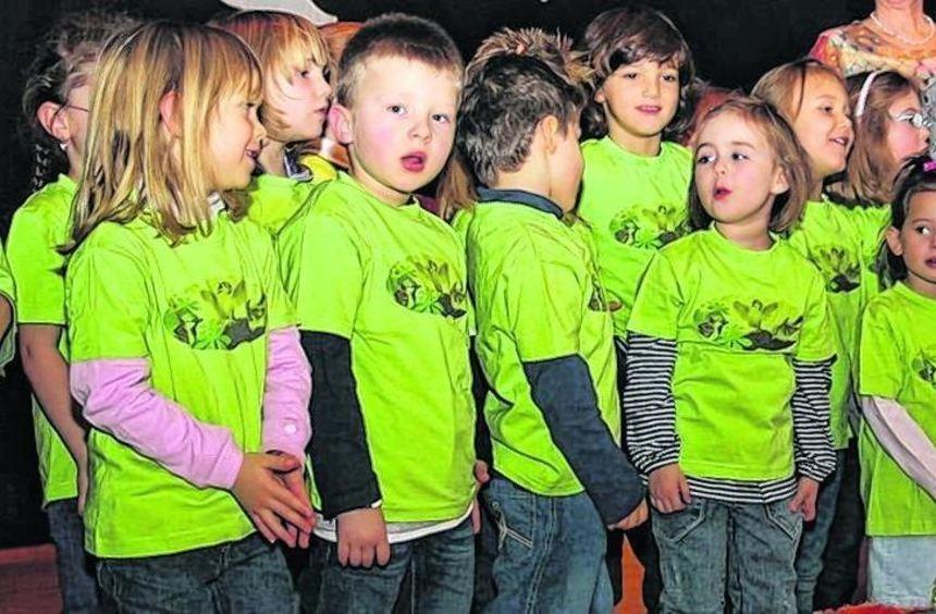 Die Spatzennestkinder unterhalten die VdK-Mitglieder in Riedrode.