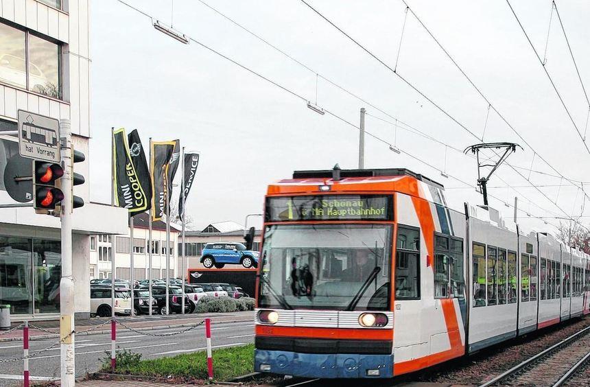An dieser Fußgängerfurt der Neckarauer Straße erfasst gestern Morgen eine Bahn der Linie 1 eine ...