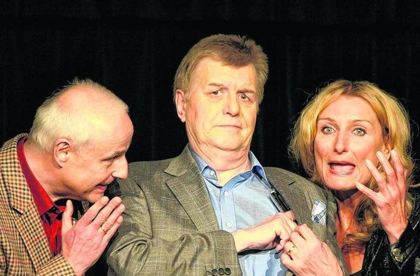 Das Kabarett Dusche mit Josefin Lössl, Wolfgnag Schmitter und Hans Georg Sütsch kommt auf Einladung ...