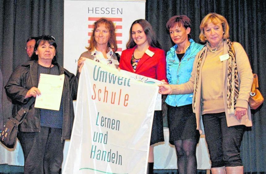 Eine Delegation der EKS nimmt in Bad Nauheim die Auszeichnung zur Umweltschule 2011 von ...