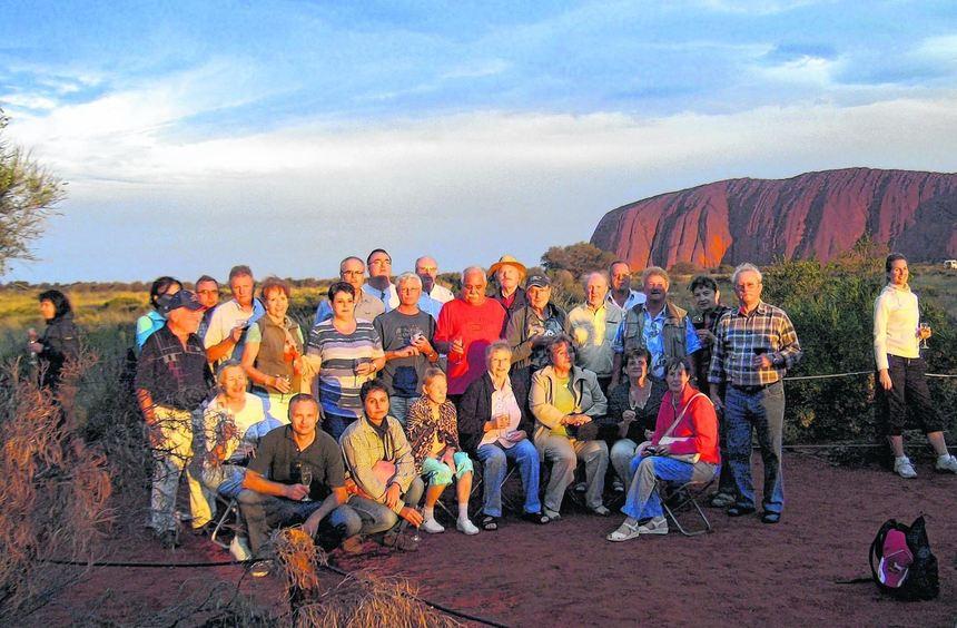 """Die untergehende Sonne taucht den """"Uluru"""", wie der Berg """"Ayers Rock"""" heißt, in ein fantastisches, ..."""