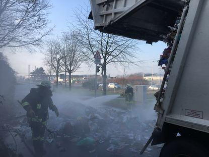Müllladung fängt Feuer