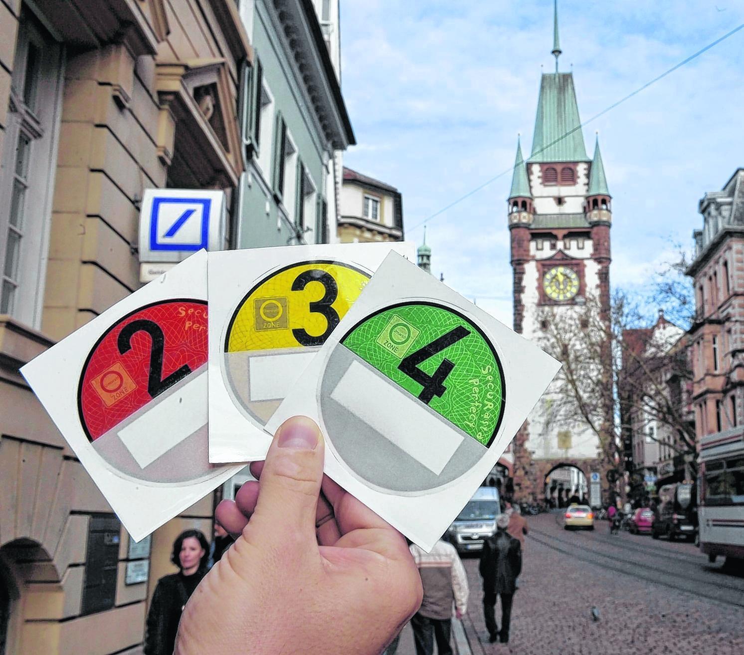 In der Freiburger Altstadt – hier zu sehen das Martinstor – dürfen seit Jahresbeginn nur noch Autos mit grüner oder gelber Plakette fahren. Fahrzeuge mit roter Kennzeichnung sind nun ausgesperrt.