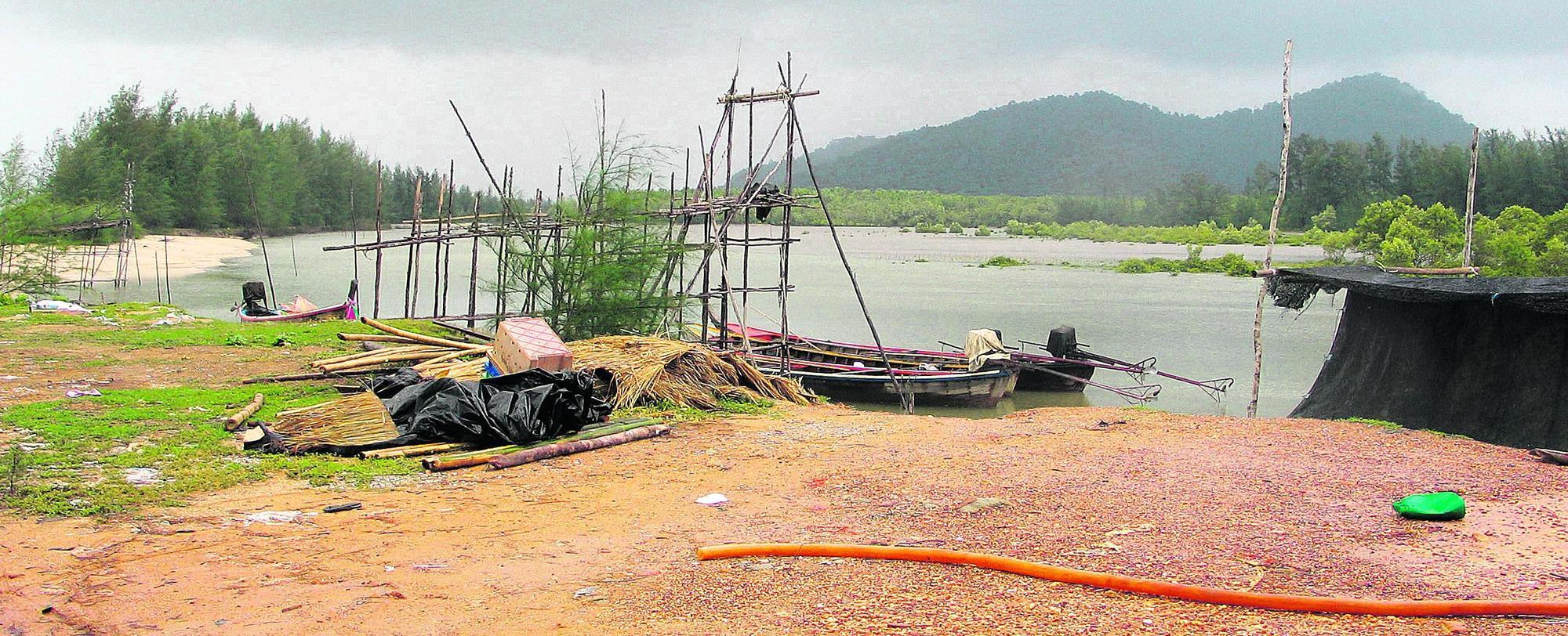Die riesige Welle zerstörte in dem Dorf Ban Talae Nok die gesamte Infrastruktur an der Küste, unter anderem die Krabbenfarmen. Ihnen zuliebe waren die schützenden Mangrovenwälder abgeholzt worden.