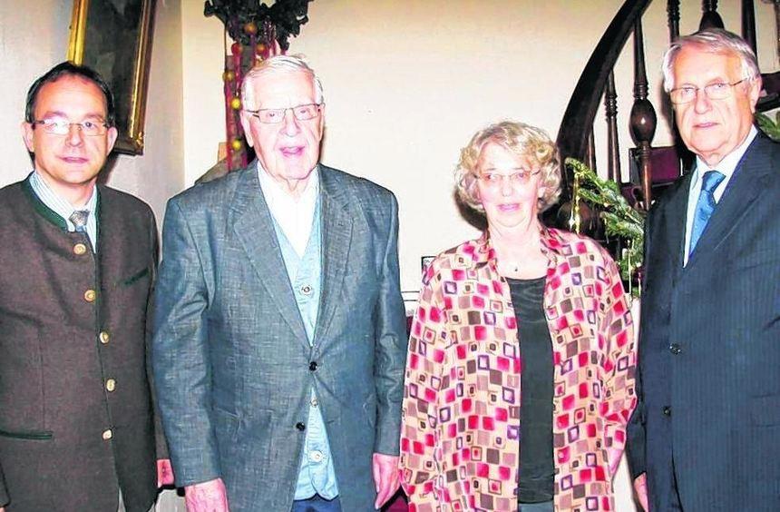 Langjährige Mitglieder und eifrige Wanderer wurden bei der Adventsfeier des OWK im Hotel Prinz Carl ...