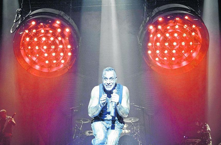 Fels in der Brandung von Rammsteins Bühnenfeuerwerk: Sänger Till Lindemann in der Festhalle.