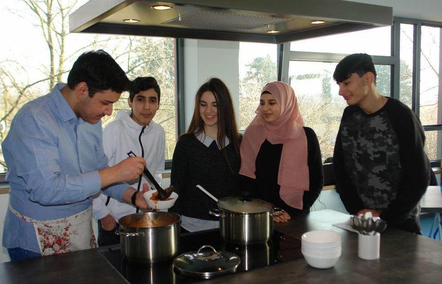 Mohammed Bagra Aktas (l.) servierte auch für seine Mitchüler türkischen Bohneneintopf am Tag der ...