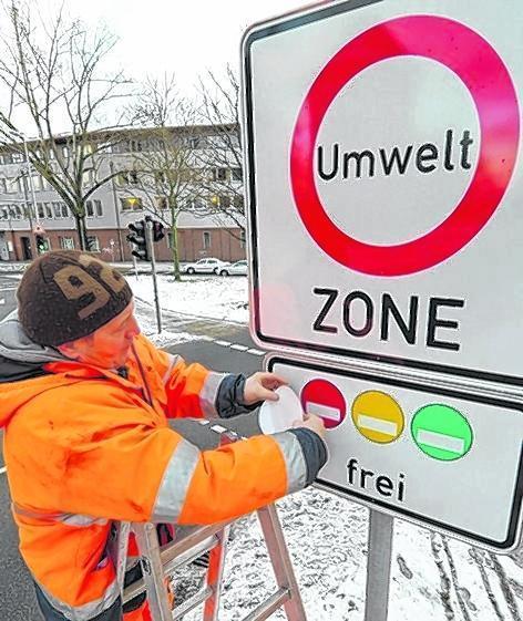Städtische Mitarbeiter werden die Plaketten überkleben.