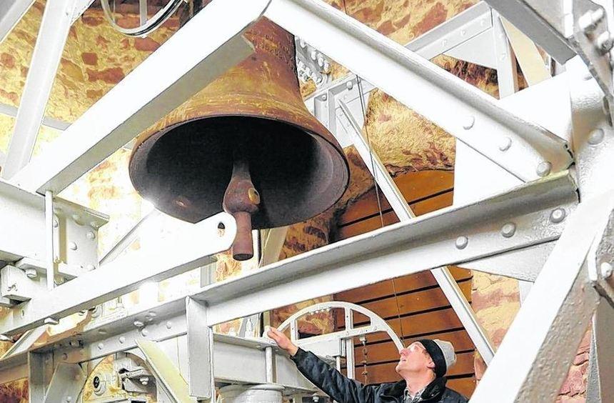 Beim Rundgang durch Dach- und Glockenstuhl erläutert Ulrich Scherer die Maßnahmen der Sanierung an ...