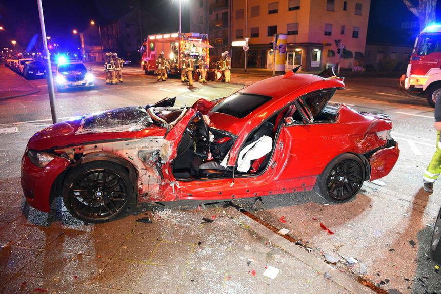 In Auto eingeklemmt: 23-Jähriger bei Unfall schwer verletzt ...