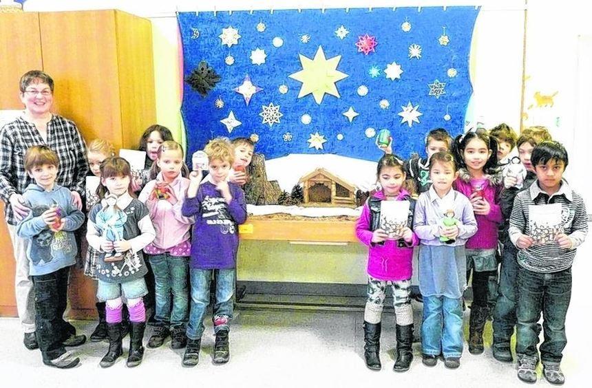 Die Kinder der Goetheschule sind stolz auf ihre selbstgestaltete Krippe.