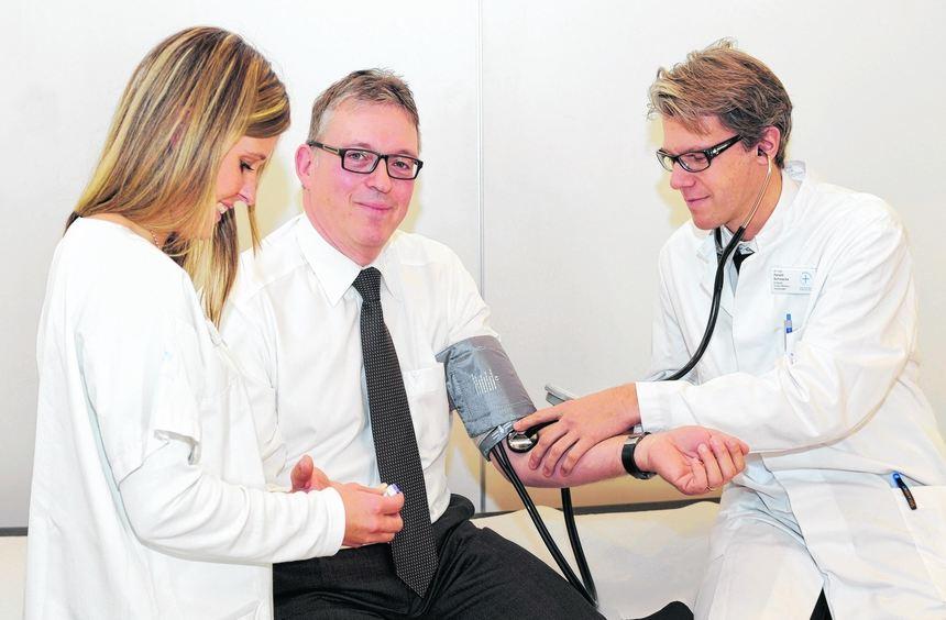 Vorsorge: Uwe Wöhlert (51, Mitte) will sein Herzinfarkt-Risiko kennen. Dr. Harald Schwacke (r.) und ...