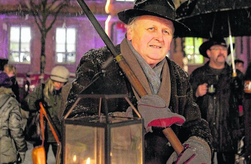Festliche Stimmung beim Candlelight-Shopping im vergangenen Jahr: Nachtwächter Gerd Schuster ...
