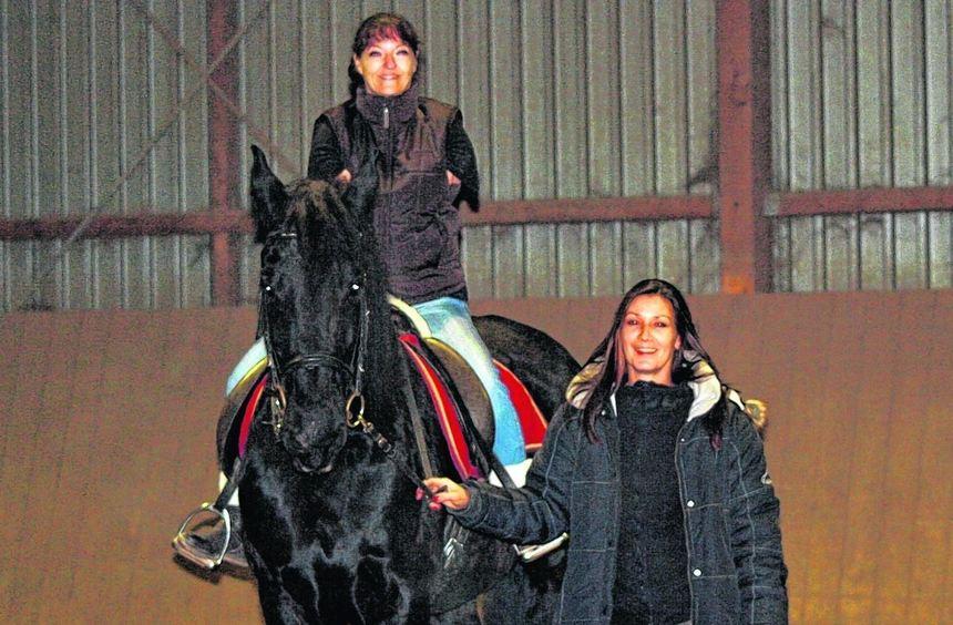 Reitlehrerin Isabelle Morano unterstützt Claudia Klein dabei, sich auch ihren Traum vom Reiten zu ...
