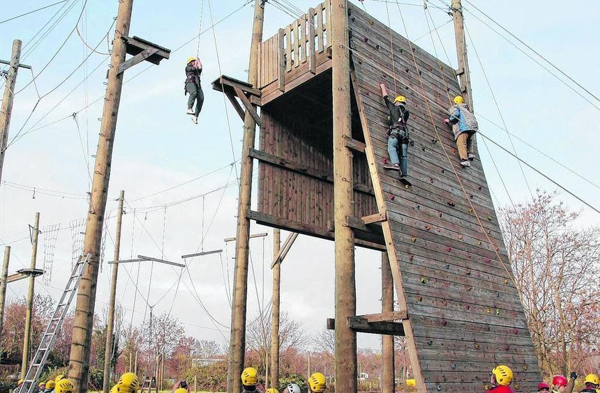 Sie hängen am Seil zehn Meter hoch oder erklimmen die Holzwand - gemeinsam: Schüler der ...