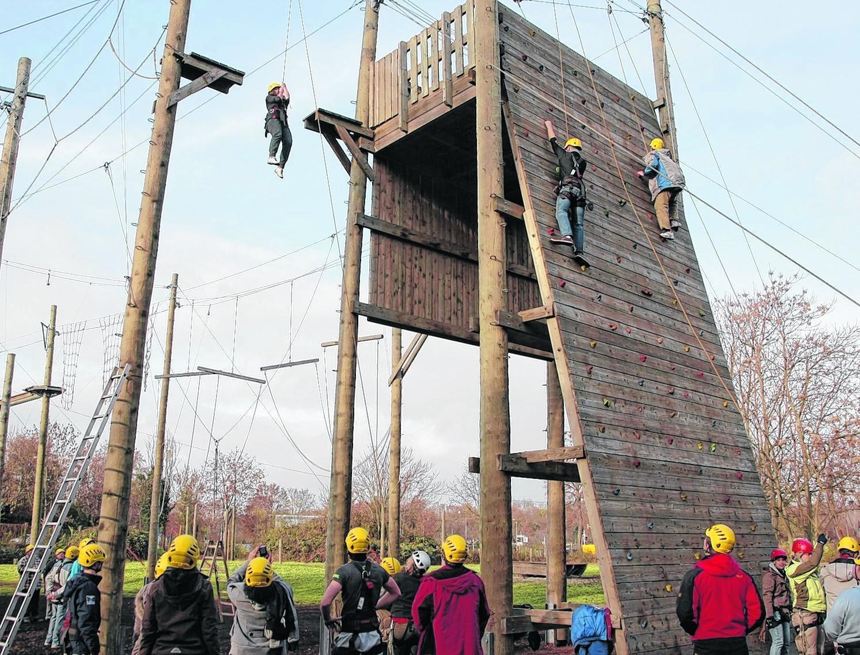 Sie hängen am Seil zehn Meter hoch oder erklimmen die Holzwand – gemeinsam: Schüler der Justus-von-Liebig-Schule, Studenten und Behinderte im Seilgarten im Pfeifferswörth.