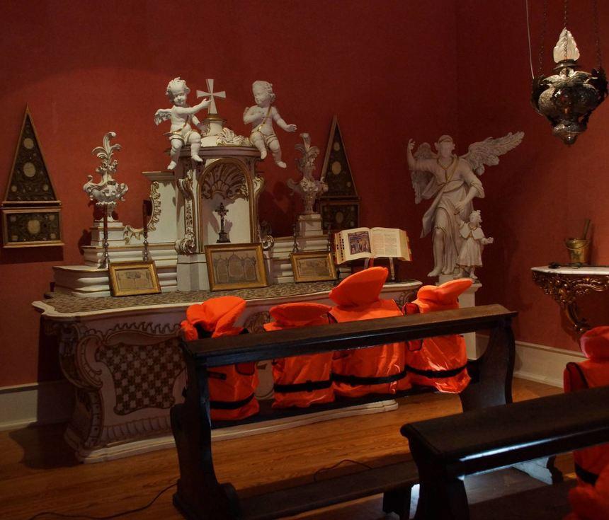 Denkanstoß: Anna Debora Zimmermann hat orangefarbene Schwimmwesten auf den Bänken der Kapelle ...