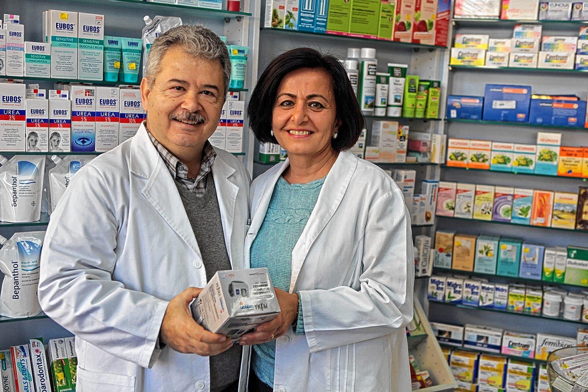Selamat Ki¸si-Makridis mit ihrem Mann Kostas in der eigenen Apotheke. Unten: ein Blick ins Familienalbum – Selamat mit ihrer Tante und ihrer Omi.