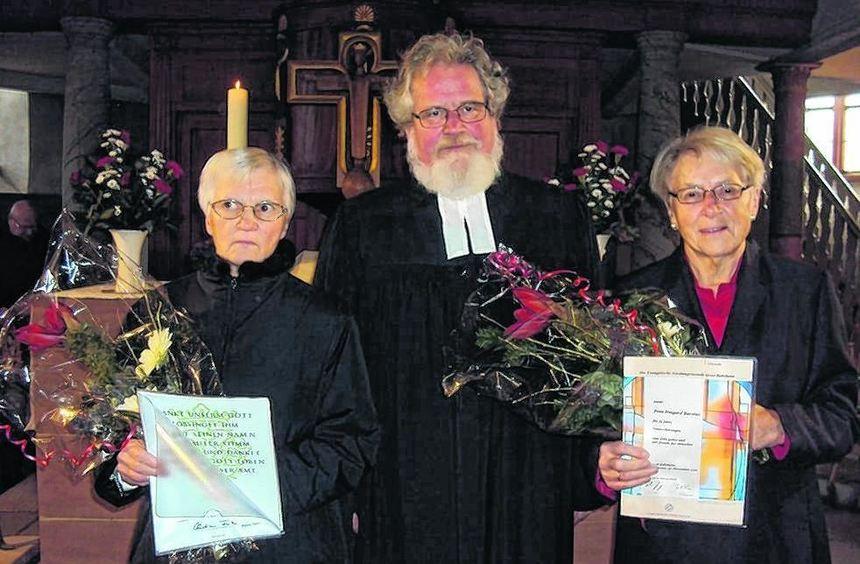 Pfarrer Konrad Knolle ehrte Maria Emich (links) für 50 Jahre und Irmgard Barsties für 55 Jahre ...
