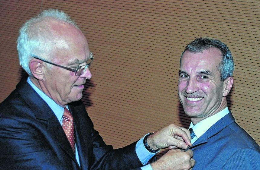 Ehrung: IHK-Präsident Thomas Philippiak zeichnete Albrecht Reimold mit der IHK-Ehrennadel aus.