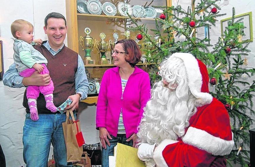 Der Nikolaus blätterte beim Besuch in Ursenbach in seinem dicken Buch, bevor er die Kinder ...