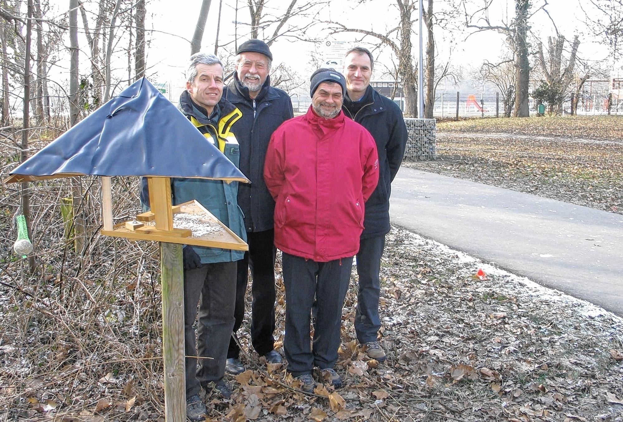 Weihten die von Günter Herbert gestiftete Futterstelle beim Strandbad ein, von links: Norbert Krotz, Rolf Dieter, Roland Weiß und Roland Köhler