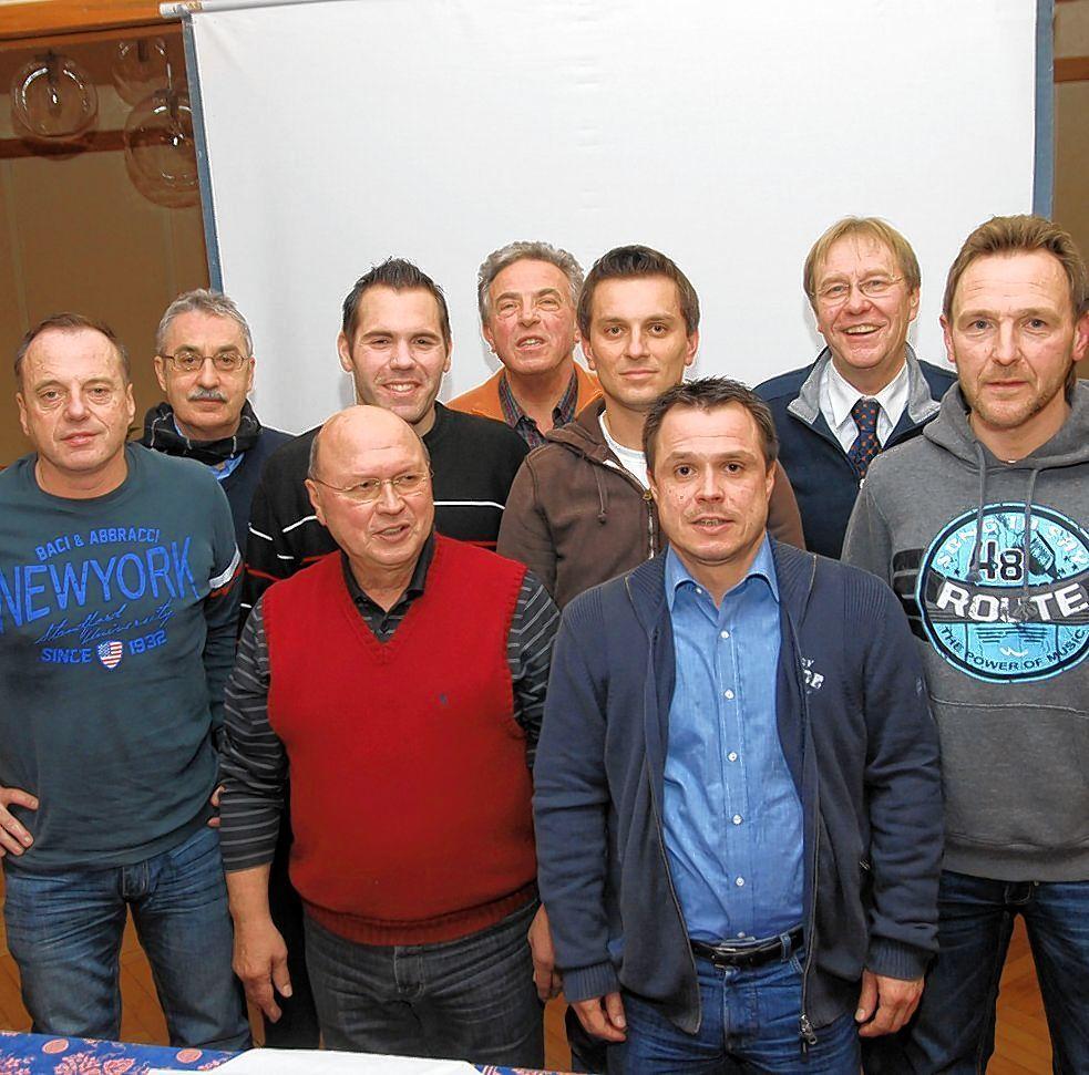 Den Fußballclub SV 1919 Schriesheim erfolgreich geführt: der wiedergewählte Vor-stand unter Leitung des Vorsitzenden Lothar Götzmann (vorne 2. v. l.).