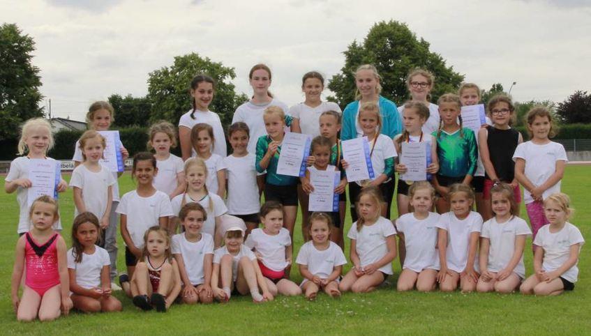 Die jungen Turnerinnen (links) und Turner (rechts) freuten sich über ihre erkämpften Medaillen.