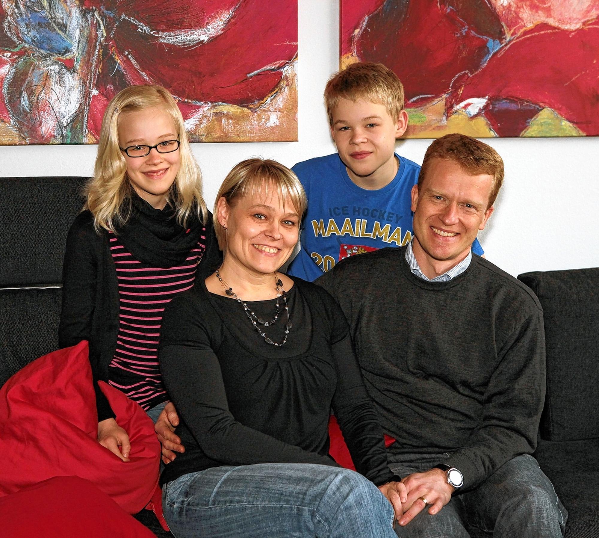 """Familienfoto: Tea Komppa-Schlieper mit ihrem Ehemann Holger und den Kindern Ina und Benjamin. Im Sommer fahren sie ins Seengebiet im mittleren Teil Finnlands zu ihrem """"Mökki"""" – unten eine Aufnahme dieser malerischen Idylle."""