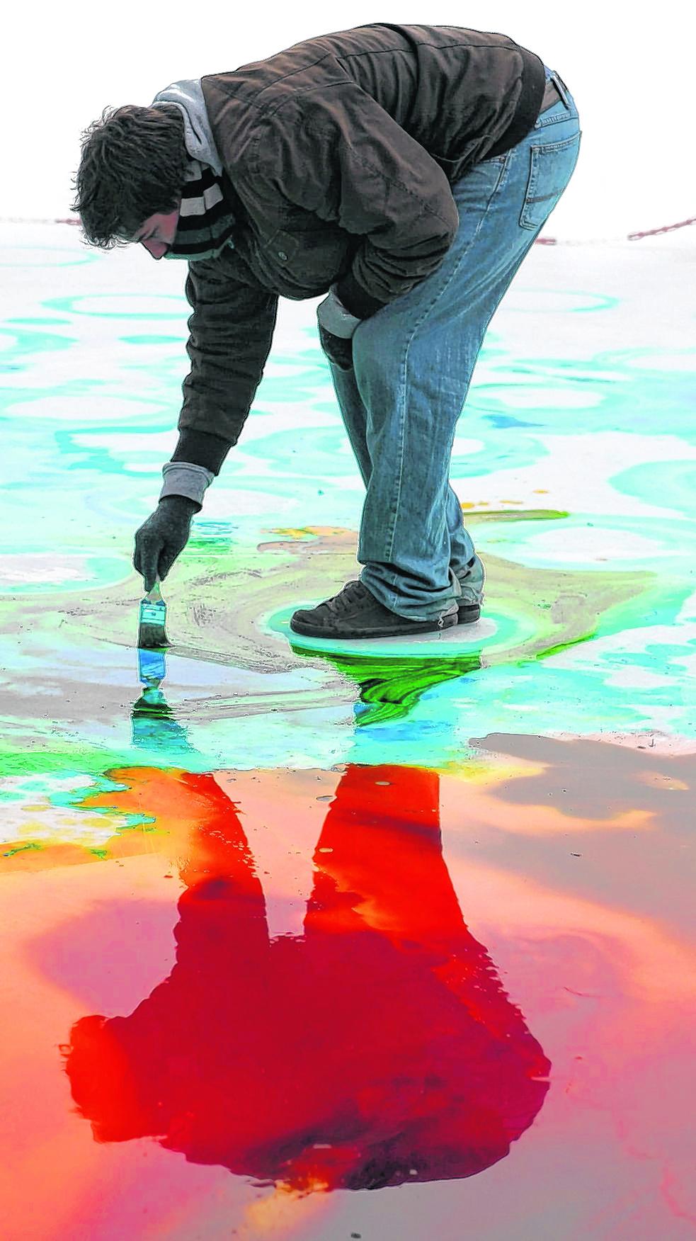 Das tut gut: Künstlerisches Handeln – wie hier bei dem Künstler Philip Prinz, der ein Bild auf die Eisfläche der Hamburger Eisarena malt – stärkt die Persönlichkeit.