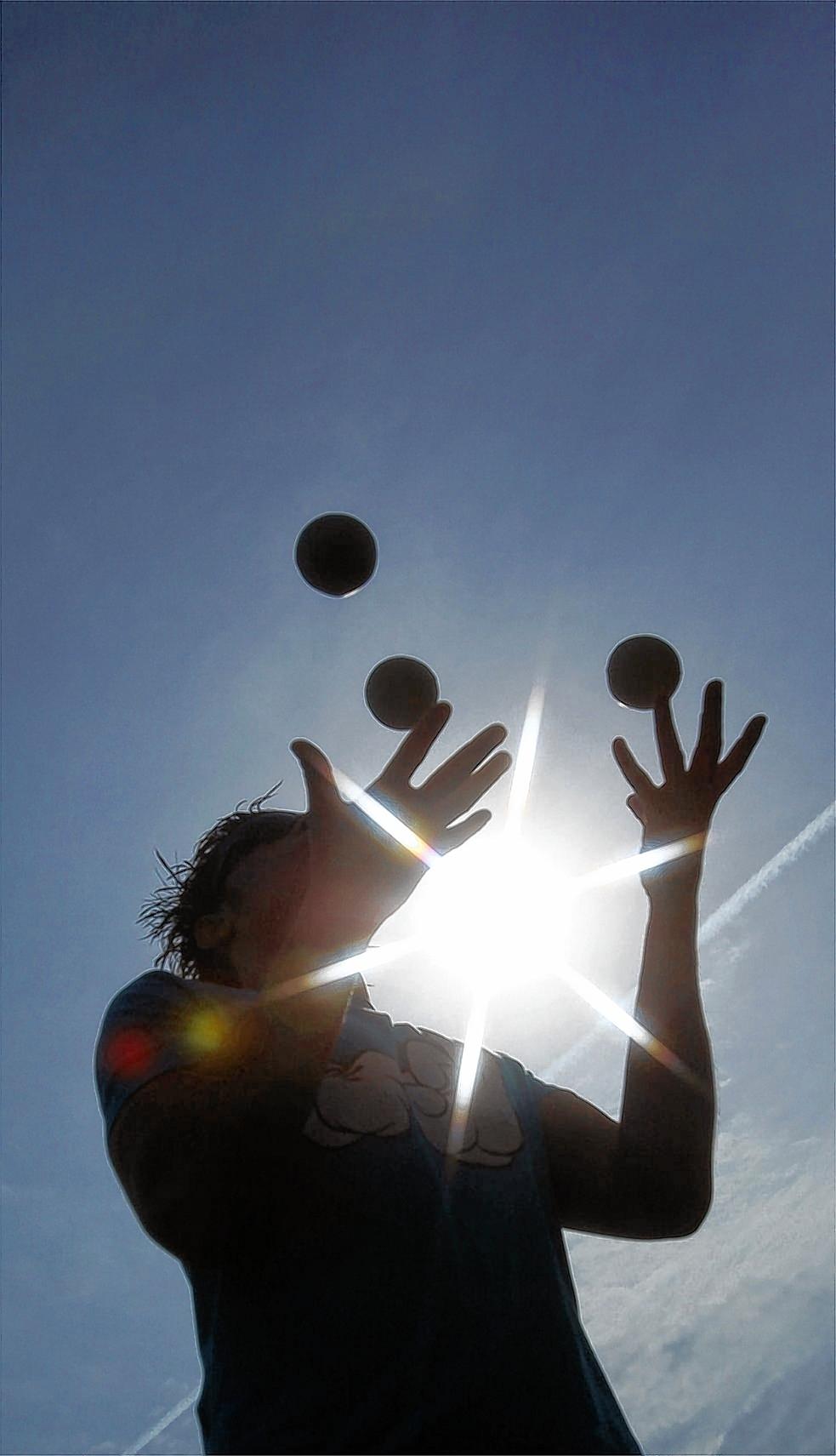 Wer eine gesunde Balance zwischen beruflichen Anforderungen und Erholungsphasen finden will, muss lernen, mit seinen Ressourcen zu jonglieren.