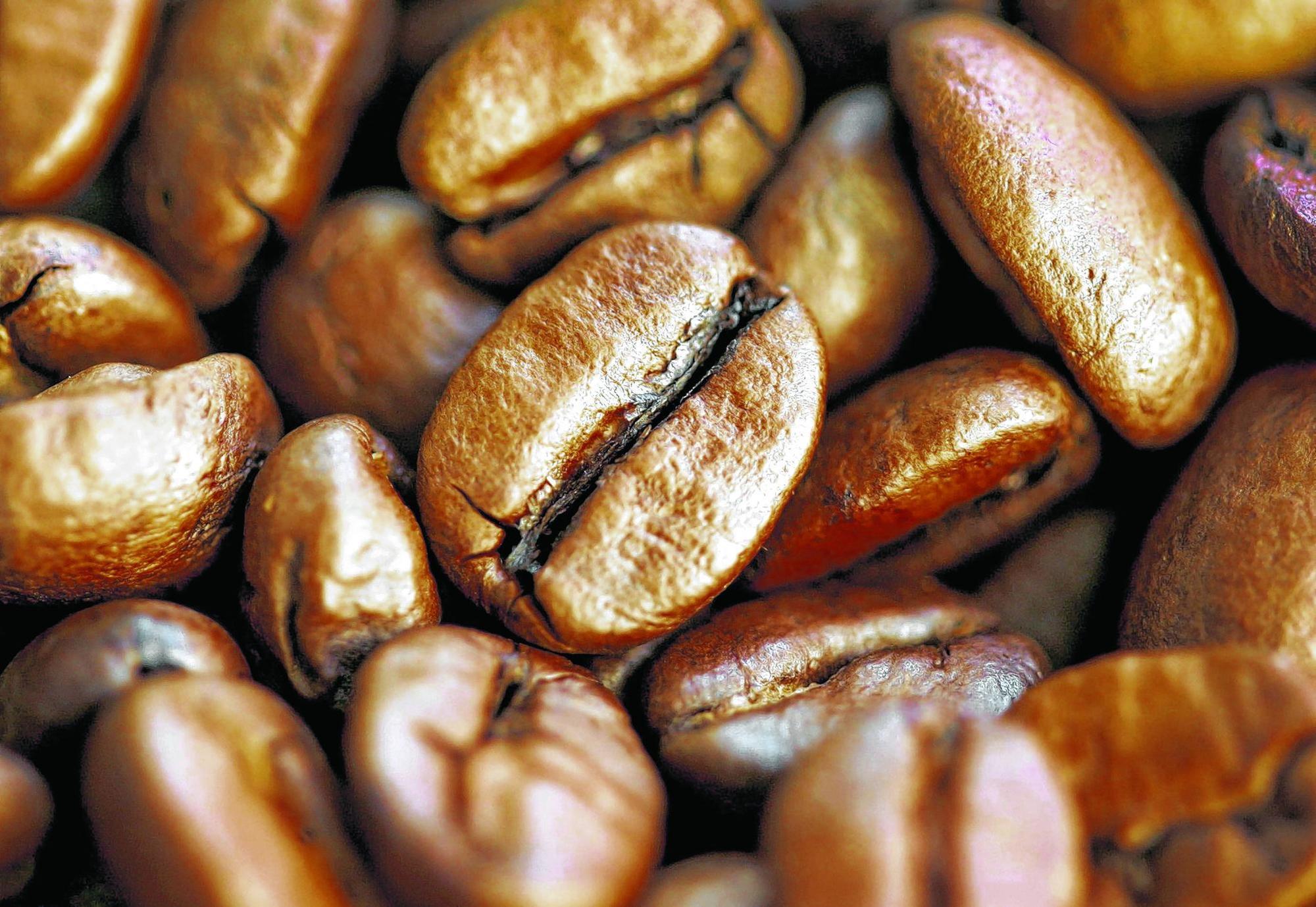 Je länger und stärker eine Kaffeebohne geröstet wird, um so mehr Säuren werden abgebaut.