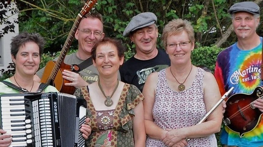 Out of the Green: Sandra Bauer (Akkordeon, Gitarre, v. l.), Harry Arnold (Gitarre, Mandoline, ...