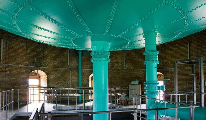 Seltener Einblick: der Mannheimer Wasserturm von innen, hier der Boden des Wasserbehälters, Rohre ...